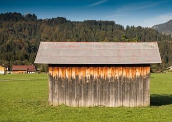 Hütte aus Holz mit Dach aus Blech