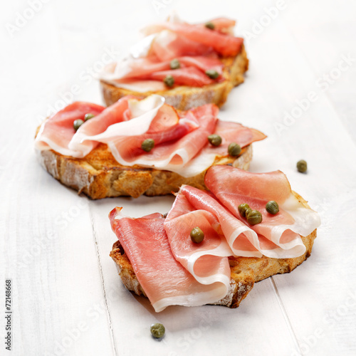 Keuken foto achterwand Snack Grilled country bread with ham and capers