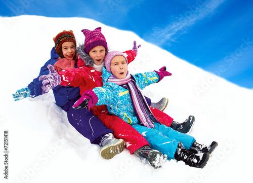 Papiers peints Glisse hiver happy children sledding at winter time