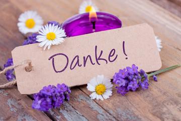 Danke - Schild mit Blumen und Kerze
