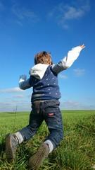 Kind macht freudensprung in natur