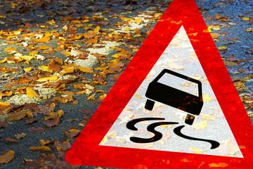 Achtung! Rutschgefahr durch nasses Laub auf der Fahrbahn