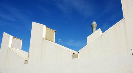 Edificios blancos contra el cielo azul, Barcelona