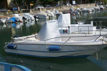 Лодки на причале в порту Римини, Италия