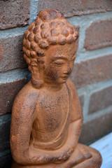 Close-up van standbeeld met stenen achtergrond