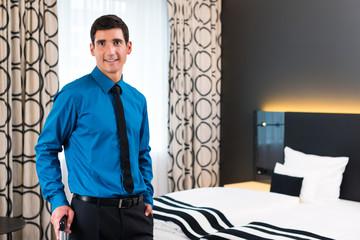 Mann bei Anreise im Hotel Zimmer