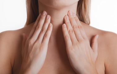 Donna con mani al collo