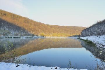 Утро на заснеженном озере