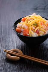海鮮丼とテーブルイメージ