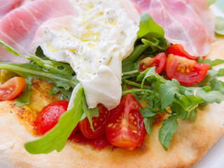 Fried egg, rocket and tomato with gourmet ham