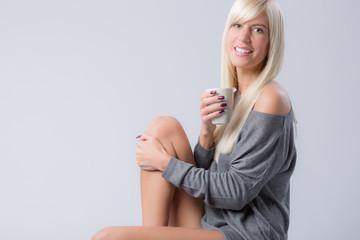 Lachende Frau mit Kaffeebecher