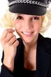 Blondine mit Schirmmütze