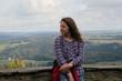 Mädchen an Aussichtspunkt