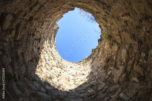 Leinwandbild Motiv in den Brunnen gefallen