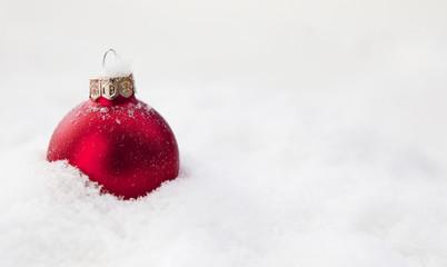 boule rouge de Noël dans la neige