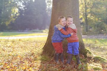 Kinderen buiten in de herfst