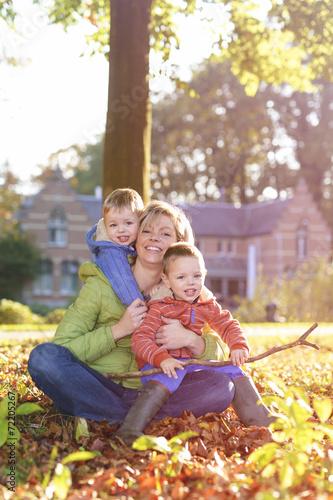 canvas print picture Mama en tweeling in de herfst