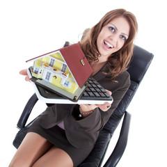 Junge hübsche Frau mit Miniatur Haus und Taschenrechner