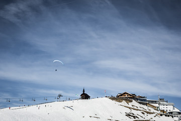 BeautifulBeautiful mountain view with berghotel and paraglider
