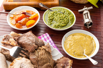 Lesso misto con salsa verde, di miele e mostarda