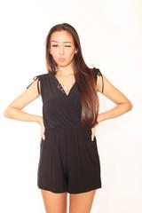 Hübsche Frau in schwarzem Kleid