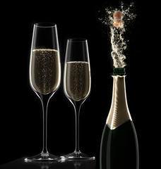 2 Gläser mit Champagnerflasche