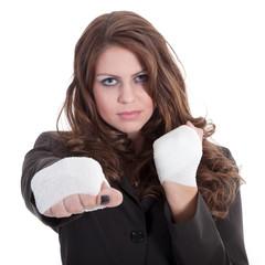 Junge Geschäfts Frau macht Kampfansage und boxt
