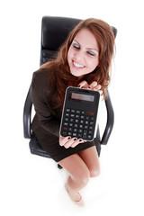 Frau schmunzelt mit Taschenrechner über niedrigen Preis
