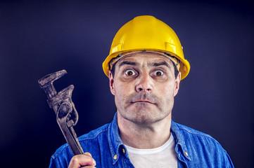 Bauarbeiter mit Rohrzange