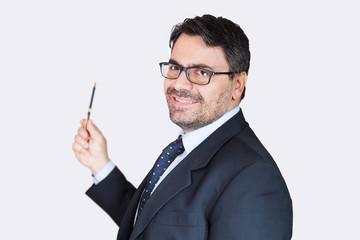 Uomo in ufficio spiega strategia