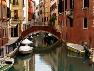 Puente en Canal de Venecia