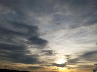 Windräder und Abendhimmel