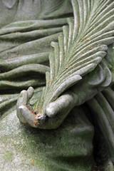 Grabstatue auf einem Friedhof