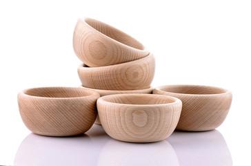 Drewniane miski na białym tle
