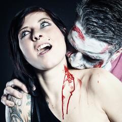 Zombie beisst Frau