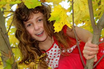 Mädchen im Ahornbaum