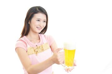 ビールを運ぶ笑顔の女性