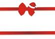 rotes Geschenkband mit Weichnachtsmütze