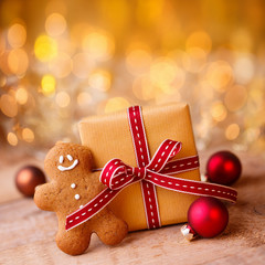 Weihnachten - Hintergrund mit Geschenk und Lebkuchenmann