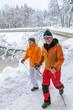 Walking im dick verschneiten Park