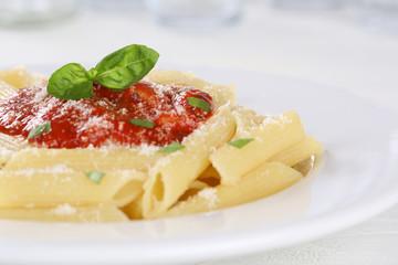 Penne Rigate Napoli mit Tomaten Sauce Nudeln Pasta Gericht