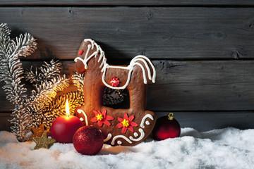 Lebkuchen Schaukelpferd auf Schneehaufen