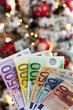 canvas print picture - Geldfächer vor geschmücktem Weihnachtsbaum, Nahaufnahme