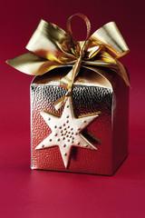 Goldenes Päckchen mit Schleife und Stern