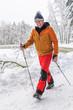 rüstiger Rentner beim Walking