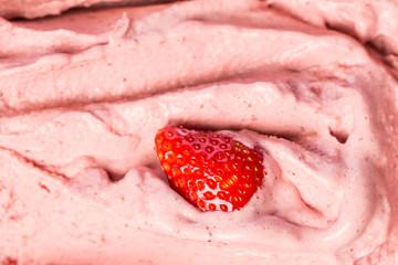 Eiscremes: Sahniges Erdbeereis im Schaufenster der Eisdiele