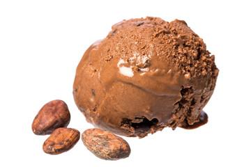 Einzelne Kugel Schokoladeneis mit echten Kakaobohnen isoliert au