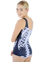 Frau trägt Badeanzug mit Skelett zu Halloween
