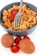 Bol d'œufs brouillés à la tomate