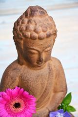 Close-up van Boeddhabeeld met bloemen